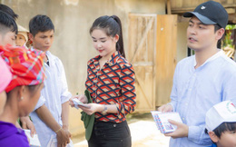 Lê Âu Ngân Anh cùng MC Phan Anh vượt rừng vào thăm bà con Yên Bái sau lũ dữ