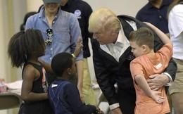 Vợ chồng Tổng thống Donald Trump ân cần hỏi thăm trẻ em sau bão Harvey