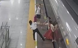 Người phụ nữ liều mạng thò chân xuống khe tàu để ngăn tàu khởi hành