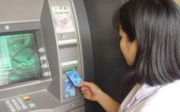 Vì sao 4 'ông lớn' ngân hàng phải dừng kế hoạch tăng phí rút tiền nội mạng ATM?