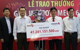 Nữ khách hàng trúng số Vietlott dành 100 triệu làm từ thiện