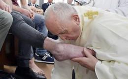 Giáo hoàng Francis rửa và hôn chân tù nhân tại nhà tù ở Italia