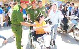 Công an trợ giúp nữ sinh ngồi xe lăn đi thi
