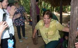 Tổng thư ký Liên đoàn Phụ nữ Cuba đội mũ tai bèo thăm địa đạo Củ Chi