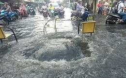 TPHCM: Kinh hãi nắp cống bung nước xối xả giữa tuyến đường trung tâm quận 5