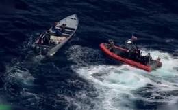 Clip những kẻ buôn lậu ma túy đổ cocaine xuống biển khi bị cảnh sát rượt đuổi