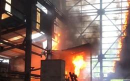 Cháy lò luyện thiếc ở Nghệ An, nhiều công nhân hoảng loạn thoát ra ngoài