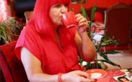 Người đàn bà 'cuồng' màu đỏ, đi đám tang cũng mặc đồ đỏ