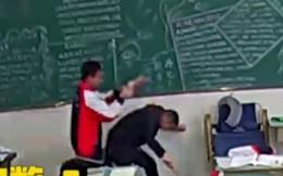 Kinh hoàng học sinh tấn công giáo viên ngay trên bục giảng