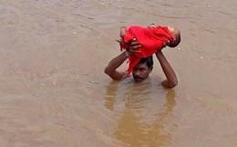 Cha nghèo vượt lũ đưa con gái 6 tháng tuổi đi chữa bệnh