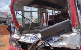 Xe đưa đón học sinh đâm xe tải, 18 người thương vong