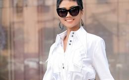 Hoa hậu H'Hen Niê đẹp lạ trong street style quần loe, sơ mi 2 vạt