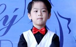Bé 5 tuổi 'bắn' tiếng Anh như gió trong lễ tổng kết
