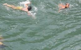 Ngày hè trẻ vùng cao ngụp lặn nơi suối nguồn