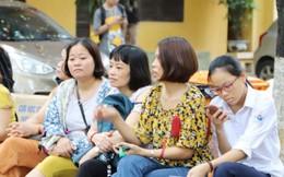 Phụ huynh, học sinh căng thẳng trước giờ công bố điểm thi vào lớp 10 Hà Nội