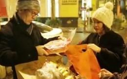Đại sứ nửa đêm tặng bánh người vô gia cư