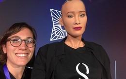 Robot Sophia ngồi 'ngang hàng' với các ngôi sao trong show thời trang