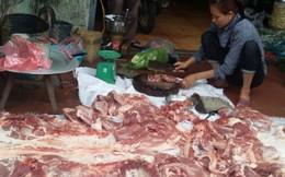 Người dân vừa tự mổ lợn bán vừa khóc ròng