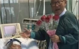 Tình yêu thuần khiết tuổi 81 của cụ ông tặng người vợ hôn mê