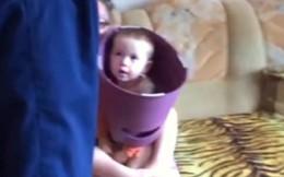 Lính cứu hoả Nga giải cứu cậu bé bị kẹt đầu trong bô