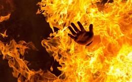 Cãi vã vì nửa đêm con khóc, chồng đổ xăng đốt vợ rồi bỏ trốn