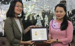 Trao Kỷ niệm chương cho Trưởng đại diện UN Women