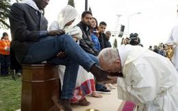 Giáo hoàng Francis rửa và hôn chân người tị nạn