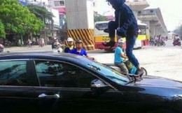 Người phụ nữ nhảy lên nóc ôtô đánh ghen
