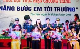 Trao học bổng 'Nâng bước em tới trường' tại Bắc Giang