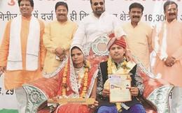 Tặng gậy chống bạo hành cho 700 cô dâu