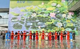 Tác giả 'Con đường gốm sứ' vẽ tranh hoa sen khổng lồ tại sân bay Nội Bài