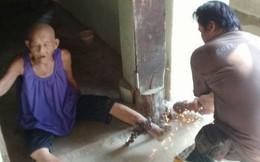 Hàng xóm sốc khi thấy cụ bà 83 tuổi bị xích chân đến bật máu trước cửa nhà