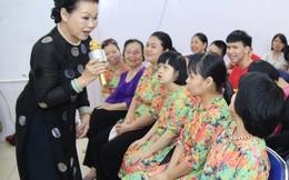Danh ca Khánh Ly xúc động nghe trẻ khuyết tật hát nhạc Trịnh