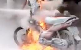 Mang bật lửa đốt xe máy vì bị CSGT bắt lỗi