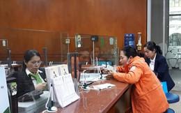 Nhân viên ngân hàng 'méo mặt' vì lo đổi tiền mới cho khách hàng, người thân