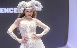 Á hậu Thư Dung đội 'sừng cừu' làm vedette trên sàn diễn thời trang