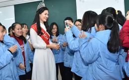 Miss Photo 2017 Vũ Hương Giang tinh khôi về thăm trường cũ