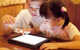 Trẻ em chơi điện thoại nhiều, mắt dễ bị lác