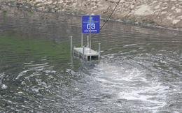 Sau lắp máy lọc, nước sông Tô Lịch giảm hôi thối nhưng vẫn đen kịt