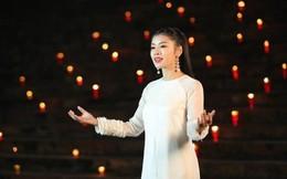 Sao Mai Thu Hằng hát với 1000 ngọn nến ở chùa Hương