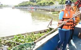 Nữ tình nguyện viên miệt mài vớt rác trên kênh Nhiêu Lộc - Thị Nghè