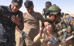 Bé gái 10 tuổi mừng run người sau khi thoát khỏi tay IS