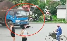 Người phụ nữ nằm lăn trước bánh xe tải để đòi bồi thường