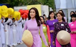 Hoa hậu Đỗ Mỹ Linh dẫn đầu đoàn diễu hành áo dài