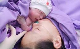 Hi hữu cặp song sinh chào đời còn nguyên trong bọc ối