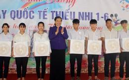 Phó Chủ tịch Quốc hội Tòng Thị Phóng tặng quà trẻ em Làng Hòa Bình
