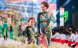 Các nghệ sỹ mặc áo dài 'náo loạn' phố đi bộ Nguyễn Huệ