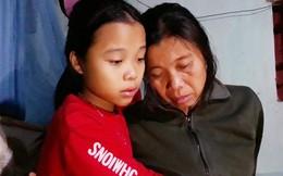 Nghẹn lòng cô bé 12 tuổi nuôi mẹ liệt giường