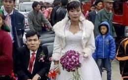 Cô dâu đẩy xe lăn cho chú rể trong 'đám cưới cổ tích'