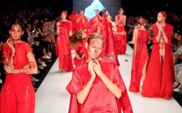 Nổi da gà với sàn diễn thời trang chủ đề máu